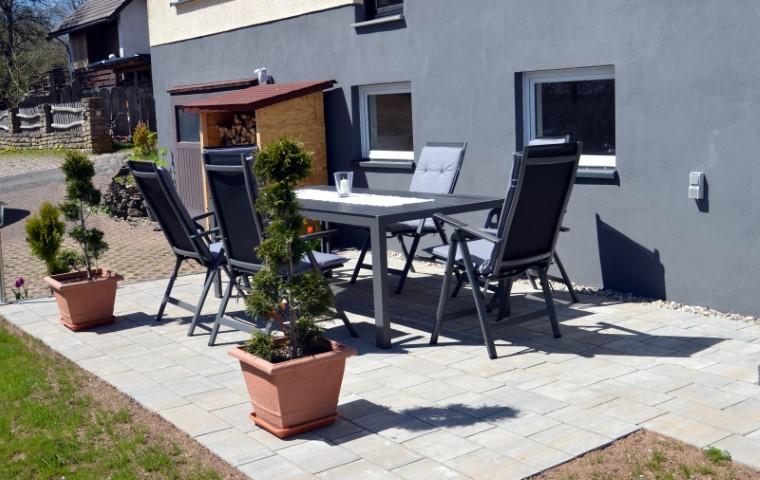 Terrasse mit großem Alutisch und 6 Alu-Hocharmlehnstühlen